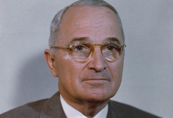 """Harry S. Truman: """"Niciun guvern nu este perfect. Una dintre cele mai importante trăsături are democraţiei este că defectele ei sunt vizibile şi că, sub procesele democratice, pot fi observate şi corectate."""""""